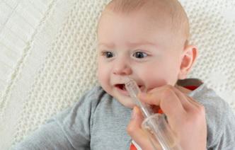 Почему малыш кусает грудь: 6 причин